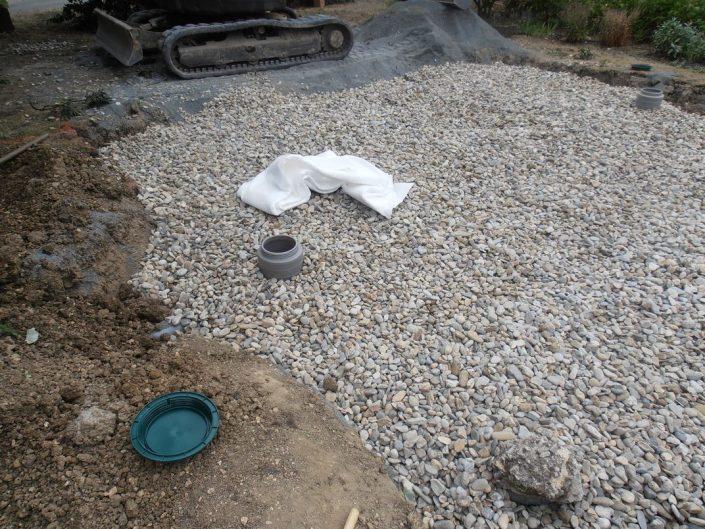 Pose du gravier 20-40 sur le drainage du filtre à sable