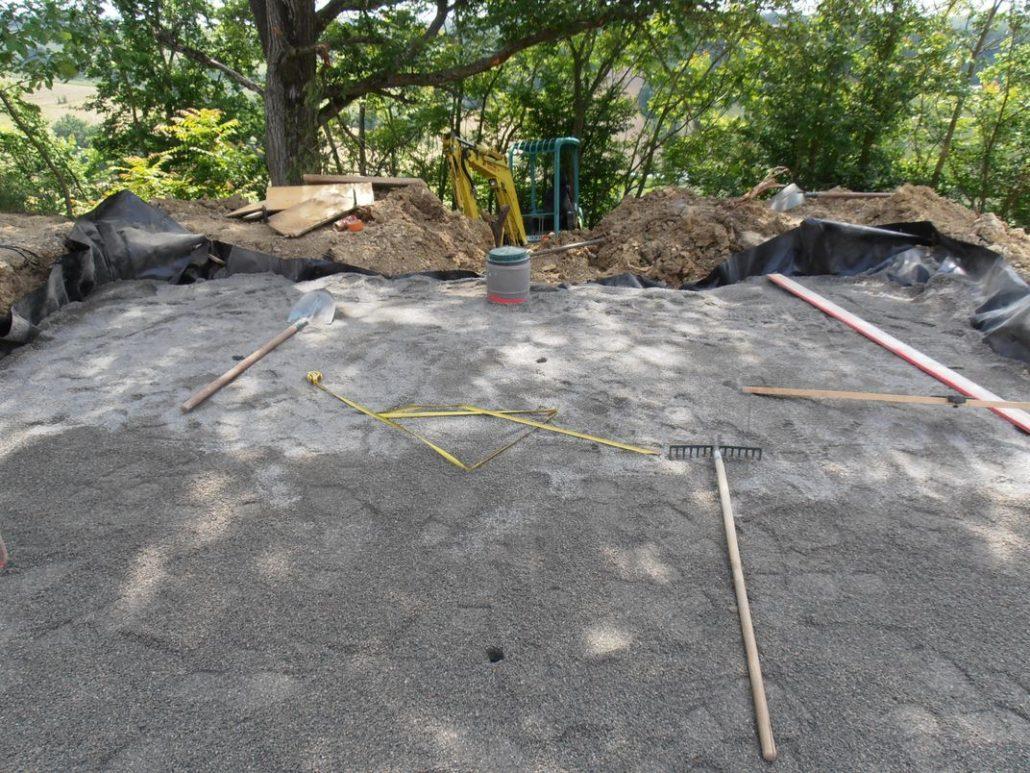 Pose et nivelage du sable d'assainissement du filtre à sable